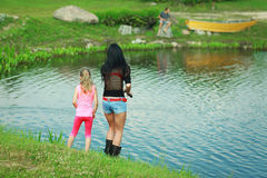 Αλιεία δύο κοριτσιών Στοκ φωτογραφία με δικαίωμα ελεύθερης χρήσης
