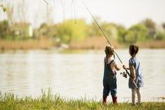 Αλιεία δύο μικρών κοριτσιών Στοκ Εικόνες