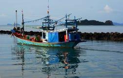 Αλιεία Schooner έξω στη θάλασσα το βράδυ Στοκ φωτογραφία με δικαίωμα ελεύθερης χρήσης