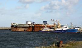 Αλιευτικά σκάφη και ξηρά αποβάθρα Στοκ εικόνα με δικαίωμα ελεύθερης χρήσης