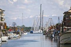 Αλιευτικά σκάφη και πλέοντας σκάφη στο λιμάνι Στοκ φωτογραφία με δικαίωμα ελεύθερης χρήσης