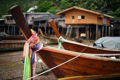 Αλιευτικά σκάφη και σπίτια στα ξυλοπόδαρα, Ko Lanta, Ταϊλάνδη Στοκ εικόνα με δικαίωμα ελεύθερης χρήσης