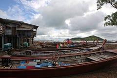 Αλιευτικά σκάφη και σπίτια στα ξυλοπόδαρα, Ko Lanta, Ταϊλάνδη Στοκ Εικόνες