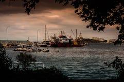 Αλιευτικά σκάφη στην αποβάθρα σε μια θυελλώδη ημέρα Στοκ εικόνα με δικαίωμα ελεύθερης χρήσης