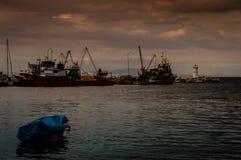 Αλιευτικά σκάφη στην αποβάθρα σε μια θυελλώδη ημέρα Στοκ Φωτογραφία