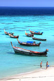 Αλιευτικά σκάφη στην παραλία νησιών Lipe της θάλασσας Andaman, στην επαρχία Satun της Ταϊλάνδης Στοκ Εικόνες