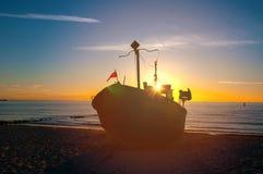 Αλιευτικά σκάφη στην παραλία στο ηλιοβασίλεμα Στοκ φωτογραφία με δικαίωμα ελεύθερης χρήσης