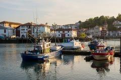 Αλιευτικά σκάφη Saint-Jean de Luz στο λιμάνι Aquitaine, Γαλλία στοκ εικόνες