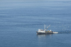 Αλιευτικό σκάφος εν πλω στοκ εικόνες