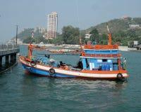 Αλιευτικό σκάφος και ο λιμενοβραχίονας στον κόλπο Angsila, Chonburi, Ταϊλάνδη Στοκ εικόνες με δικαίωμα ελεύθερης χρήσης
