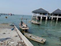 Αλιευτικό σκάφος και ο λιμενοβραχίονας στον κόλπο Angsila, Chonburi, Ταϊλάνδη Στοκ Φωτογραφία
