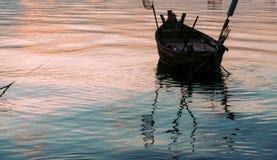 Αλιευτικό σκάφος με το ηλιοβασίλεμα Στοκ φωτογραφία με δικαίωμα ελεύθερης χρήσης