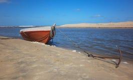 Αλιευτικό σκάφος που δένεται στην ακτή Στοκ φωτογραφίες με δικαίωμα ελεύθερης χρήσης