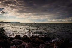 Αλιευτικό σκάφος που πλέει με τον ορίζοντα Στοκ φωτογραφίες με δικαίωμα ελεύθερης χρήσης