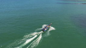 Αλιευτικό σκάφος που πλέει στη θάλασσα, εναέρια άποψη φιλμ μικρού μήκους