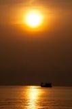 Αλιευτικό σκάφος που σκιαγραφείται με τον ήλιο Στοκ εικόνα με δικαίωμα ελεύθερης χρήσης