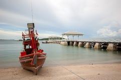 Αλιευτικό σκάφος που σταθμεύουν στην παραλία Koh Sichang Στοκ Φωτογραφία
