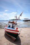 Αλιευτικό σκάφος που σταθμεύουν στην παραλία Koh Sichang Στοκ φωτογραφία με δικαίωμα ελεύθερης χρήσης