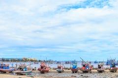 Αλιευτικό σκάφος προσαραγμένο στην παραλία στοκ φωτογραφίες