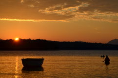 Αλιευτικό σκάφος στην αυγή Στοκ Εικόνα