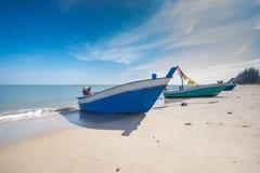 Αλιευτικό σκάφος στην παραλία με το υπόβαθρο μπλε ουρανού στην Ταϊλάνδη Στοκ Εικόνα