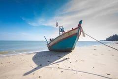 Αλιευτικό σκάφος στην παραλία με το υπόβαθρο μπλε ουρανού στην Ταϊλάνδη Στοκ εικόνα με δικαίωμα ελεύθερης χρήσης