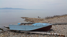 Αλιευτικό σκάφος στη λίμνη Baikal Στοκ εικόνα με δικαίωμα ελεύθερης χρήσης