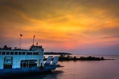 Αλιευτικό σκάφος στη θάλασσα Χρονικό υπόβαθρο βραδιού θάλασσας Αλιευτικό σκάφος της Ταϊλάνδης Στοκ Φωτογραφίες