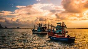 Αλιευτικό σκάφος στη θάλασσα Χρονικό υπόβαθρο βραδιού θάλασσας Αλιευτικό σκάφος της Ταϊλάνδης Στοκ φωτογραφία με δικαίωμα ελεύθερης χρήσης