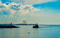 Αλιευτικό σκάφος στη θάλασσα Στοκ εικόνες με δικαίωμα ελεύθερης χρήσης
