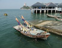 Αλιευτικό σκάφος στον κόλπο ακτών ν Angsila, Chonburi, Ταϊλάνδη Στοκ εικόνα με δικαίωμα ελεύθερης χρήσης
