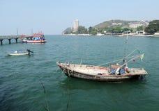 Αλιευτικό σκάφος στον κόλπο ακτών ν Angsila, Chonburi, Ταϊλάνδη Στοκ Εικόνες