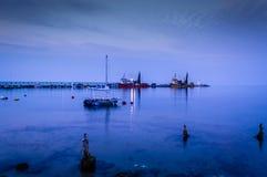 Αλιευτικό σκάφος στο λιμένα της πόλης Cinarcik Στοκ φωτογραφία με δικαίωμα ελεύθερης χρήσης