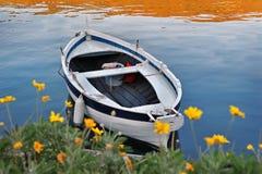 Αλιεύοντας άσπρη βάρκα Στοκ φωτογραφία με δικαίωμα ελεύθερης χρήσης