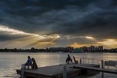 Αλιεύοντας άτομα από την όχθη της λίμνης Στοκ φωτογραφία με δικαίωμα ελεύθερης χρήσης