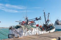 Αλιεύοντας αλιευτικό πλοιάριο, που παρουσιάζει τα δίχτυα και εξοπλισμό, σε Laaiplek Στοκ φωτογραφία με δικαίωμα ελεύθερης χρήσης