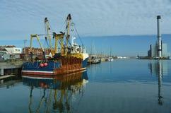 Αλιεύοντας αλιευτικό πλοιάριο, σταθμός παραγωγής ηλεκτρικού ρεύματος στο υπόβαθρο Στοκ φωτογραφίες με δικαίωμα ελεύθερης χρήσης