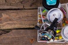 Αλιεύοντας εξοπλισμοί και δολώματα αλιείας στο κιβώτιο Στοκ Εικόνα
