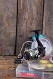 Αλιεύοντας εξοπλισμοί και δολώματα αλιείας στο κιβώτιο Στοκ Φωτογραφίες