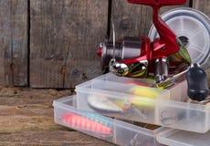Αλιεύοντας εξοπλισμοί και δολώματα αλιείας στο κιβώτιο Στοκ Φωτογραφία