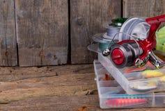 Αλιεύοντας εξοπλισμοί και δολώματα αλιείας στο κιβώτιο Στοκ φωτογραφία με δικαίωμα ελεύθερης χρήσης