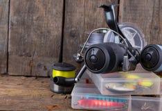 Αλιεύοντας εξοπλισμοί και δολώματα αλιείας στο κιβώτιο Στοκ Εικόνες