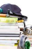 Αλιεύοντας εξοπλισμοί και δολώματα με την ΚΑΠ στα βιβλία Στοκ Φωτογραφία