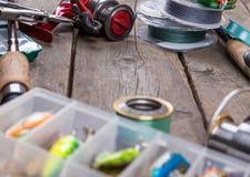 Αλιεύοντας εξοπλισμοί και δολώματα στον ξύλινο πίνακα Στοκ Φωτογραφίες