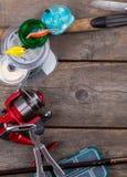Αλιεύοντας εξοπλισμοί και δολώματα στον ξύλινο πίνακα Στοκ Εικόνες