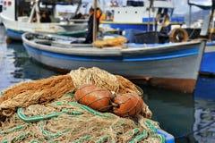 αλιεύοντας εξοπλισμός και βάρκα στο λιμένα Camogli Στοκ Φωτογραφία