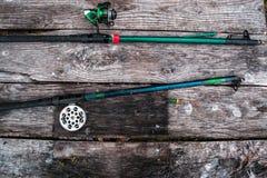 Αλιεύοντας εξοπλισμός, ράβδος σε ένα ξύλινο υπόβαθρο Στοκ Φωτογραφία