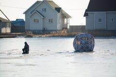αλιεύοντας παγωμένη λίμνη &p Στοκ εικόνες με δικαίωμα ελεύθερης χρήσης