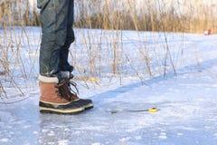 αλιεύοντας παγωμένη λίμνη &p Στοκ Φωτογραφίες