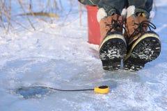αλιεύοντας παγωμένη λίμνη &p Στοκ φωτογραφία με δικαίωμα ελεύθερης χρήσης